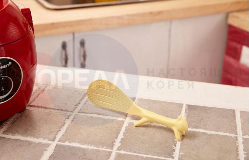 ложка желтая на кухне